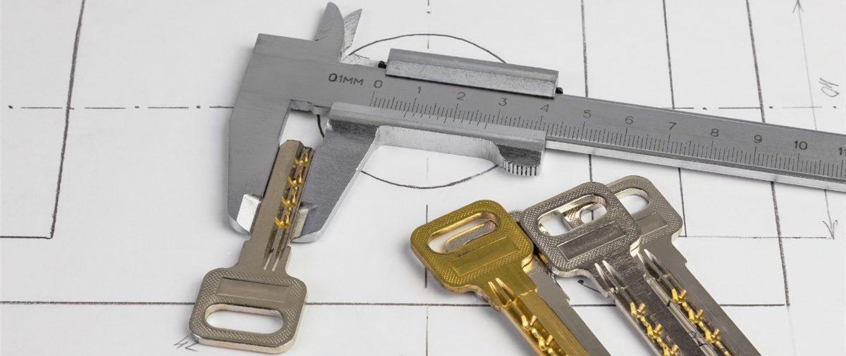 Czy montaż zamka w drzwiach wymaga specjalnych narzędzi?