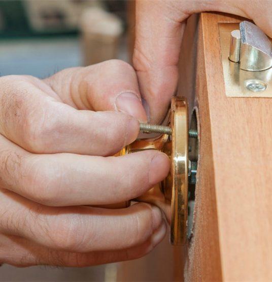 Jak wymienić zamek w drzwiach wejściowych?