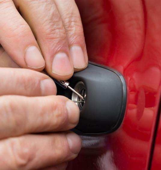 Kluczyki zatrzaśnięte w samochodzie. Co robić?