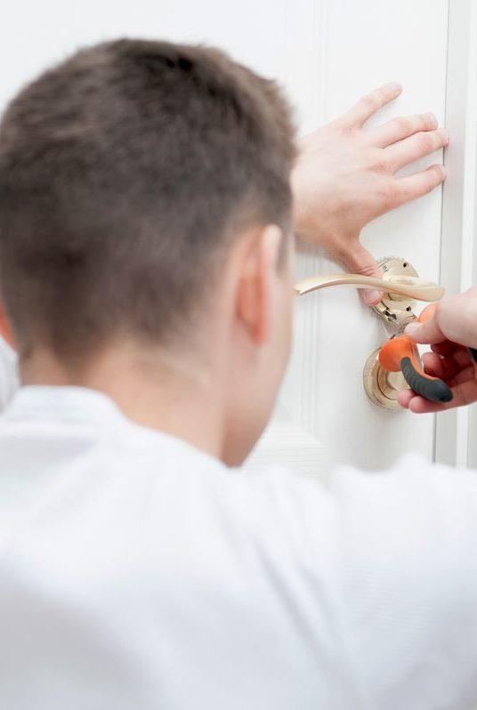 Dlaczego awaryjne otwieranie wymaga pomocy ślusarza?
